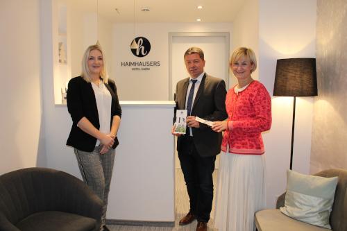 Lisa Burkard mit 1. Bürgermeister Peter Felbermeier und der stellvertretenden Bürgermeisterin Claudia Kops (v.l.) bei Tag der offenen Tür